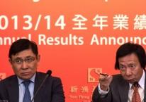 Raymond Kwok (kiri) dan Thomas Kwok (kanan), keduanya Co-Chairman Sun Hung Kai Properties Ltd., dalam konferensi pers di Hong Kong, China, Jumat (12/9/2014)./Bloomberg-Lam Yik Fei