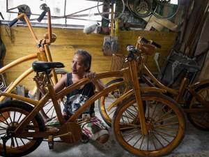 Perajin di Jawa Tengah Menyulap Limbah Kayu Menjadi Sebuah Sepeda