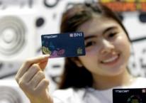 Karyawan menunjukkan uang elektronik BNI./Istimewa