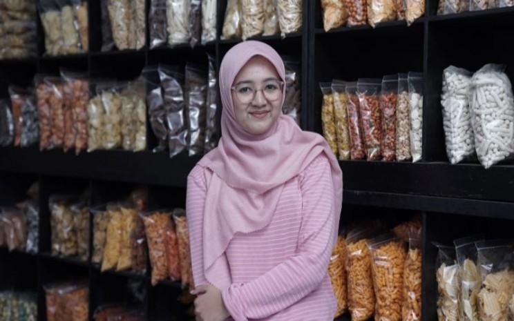Fitria Hadiah, pemilik usaha Juara Snack mengaku melakukan penjualan secara online. Sejak pandemi penjualan camilannya meningkat signifikan. - istimewa