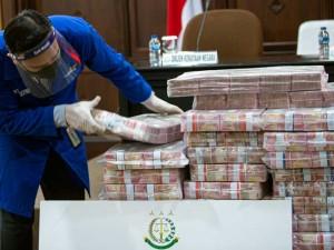 Kejagung Tunjukan Uang Sitaan Dari Kasus Korupsi