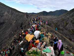Suku Tengger Rayakan Yadnya Kasada di Kawah Gunung Bromo