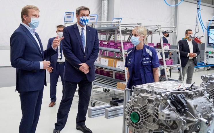 Oliver Zipse, Ketua Dewan Manajemen BMW AG, dan Markus Sder, Menteri Bavaria, pada pembukaan resmi Pusat Kompetensi untuk Produksi E-Drive di Dingolfing, Kamis (2/7/2020).  - BMW
