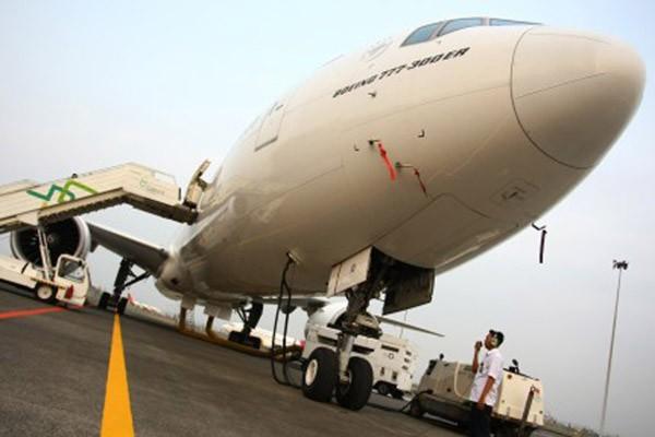 Petugas Garuda Indonesia Maintenance Facilities (GMF AeroAsia) memeriksa hidrolik pesawat Garuda Indonesia Boeing 777 - 300ER. - Antara/Muhammad Iqbal