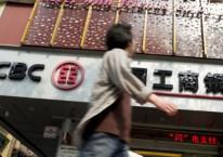 Seorang pria sedang berjalan di depan kantor cabang Industrial & Commercial Bank of China Ltd. (ICBC) di Guangzhou, Guangdong, China, beberapa waktu lalu./Bloomberg-Brent Lewin