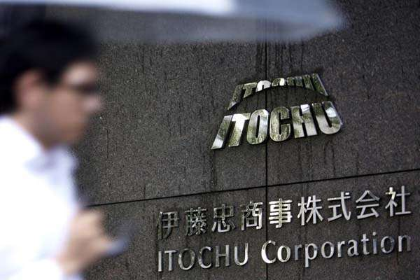 Logo Itochu tertera di dinding kantor pusat perusahaan itu di Tokyo, Jepang. - Reuters