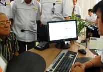 Salah seorang pensiunan Telkom melakukan pengurusan layanan pensiun di salah satu Bank BUMN./Antara - Rezza Estily