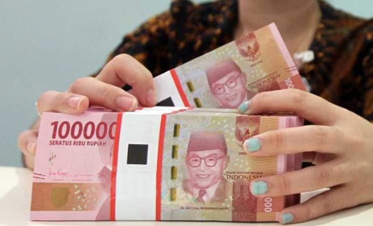 Petugas teller menata uang rupiah di salah satu cabang Bank Mandiri di Jakarta, Rabu (19/2/2020). PT Elnusa Tbk., memutuskan untuk membagikan dividen sebesar Rp89,11 miliar untuk tahun buku 2019. Bisnis - Arief Hermawan P