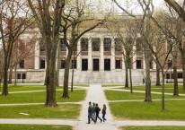 Pejalan kaki berjalan di dalam kampus Harvard University di Cambridge, Massachusetts, AS, Senin (20/4/2020)./Bloomberg-Adam Glanzman