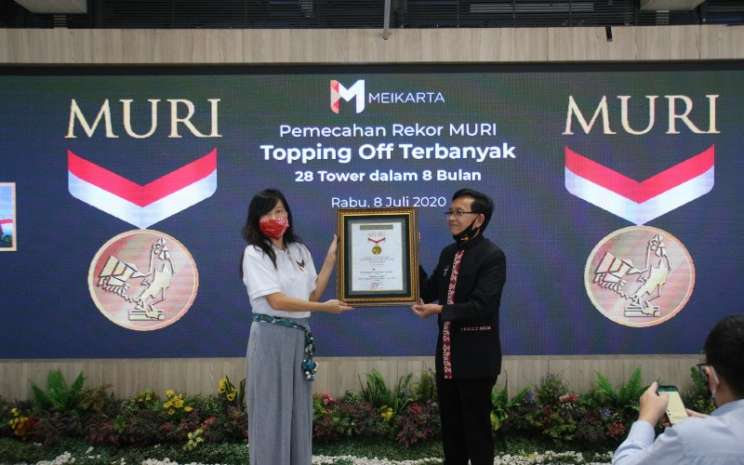 CMO Meikarta Lilies Surjono (kiri) menerima penghargaan dari Senior Manager MURI Jusuf Ngadri di District 1 Meikarta, Cikarang, Bekasi (8/7 - 2020). Penghargaan yang diterima berupa Topping/Off terbanyak yakni 28 tower dalam waktu kurang dari setahun. Istimewa