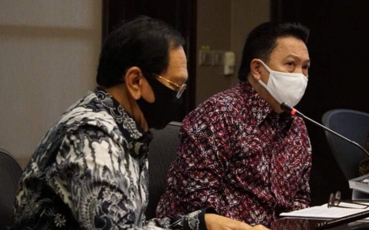 Presiden Direktur PT Adaro Energy Tbk (Adaro) Garibaldi Thohir (kanan) didampingi Komisaris Independen Adaro Mohammad Effendi saat melaksanakan Rapat Umum Pemegang Saham Tahunan (RUPST) PT Adaro Energy Tbk (IDX: ADRO) Rabu (20/5 - 2020) di kantornya di Jakarta. Istimewa