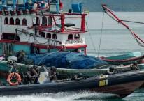 Personel Pengawasan Sumber Daya Kelautan dan Perikanan (PSDKP) dengan menggunakan speed boat melakukan penyergapan terhadap kapal yang diduga melakukan ilegal fishing saat simulasi di Dermaga PSDKP Batam, Kepulauan Riau, Rabu (13/11/2019). Simulasi tersebut dilaksanakan guna melihat kesiapan personel pengawasan sumber daya kelautan dan perikanan dalam menjaga perairan di Wilayah Kepulauan Riau dari kapal-kapal asing yang kerap melakukan ilegal fishing./ANTARA FOTO-M N Kanwa