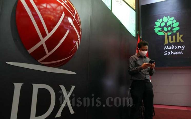 Pengunjung melintas di dekat Logo Bursa Efek Indonesia (BEI) di Jakarta, Senin (22/6/2020). Bisnis - Eusebio Chrysnamurti