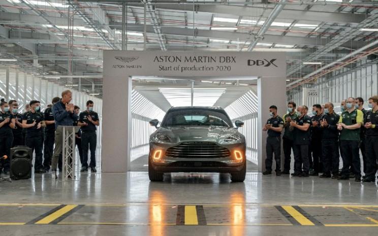 Aston Martin DBX meluncur dari jalur produksi di Wales.  - Aston Martin