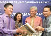 (Dari kiri) Presiden Direktur PT Saratoga Investama Sedaya Tbk Michael W. P Soeryadjaya, Direktur Keuangan Lany Djuwita, dan Presiden Komisaris PT Saratoga Investama Sedaya Tbk. Edwin Soeryadjaya (baru merah)