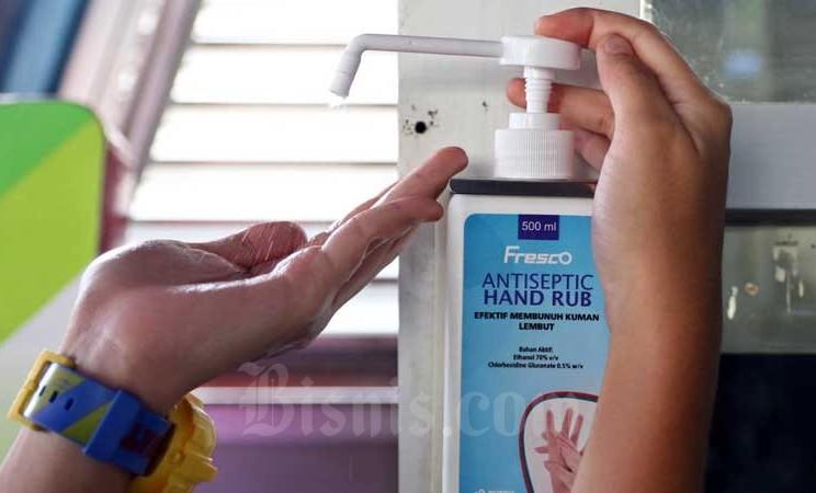 Penumpang menggunakan antiseptik atau hand sanitizer di Halte Harmoni, Jakarta, Selasa (3/3/2020). Bisnis - Eusebio Chrysnamurti