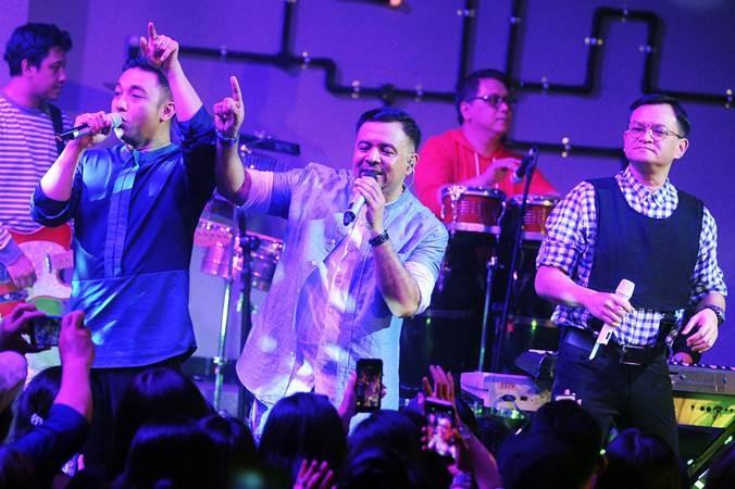 Vokalis kelompok musik Kahitna Hedi Yunus (kanan), Mario Ginanjar (kiri) dan Carlo Saba (tengah) menghibur penggemarnya saat konser di kawasan Seminyak, Badung, Bali, Rabu (19/6/2019). - ANTARA/Fikri Yusuf