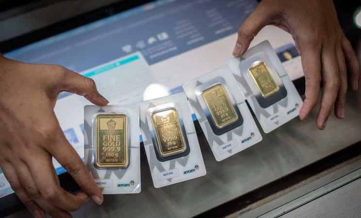 Karyawan menunjukkan imitasi emas batangan Antam di Butik Emas, Jakarta, Selasa (3/3/2020). ANTARA FOTO - Aprillio Akba