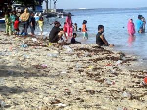 Pantai di Makassar Dipenuhi Sampah Plastik