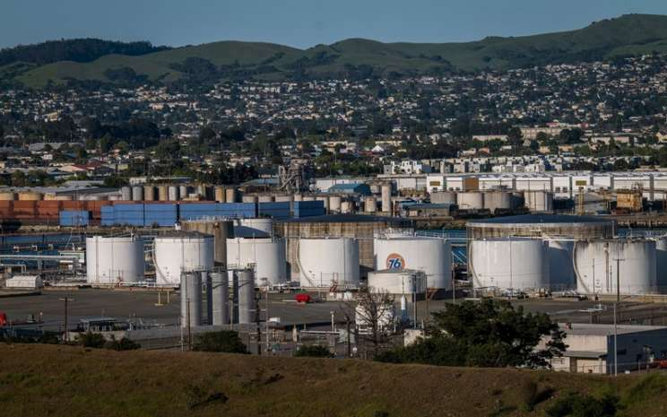 Tempat penyimpanan minyak di Pelabuhan Richmond in Richmond, California - Bloomberg / David Paul Morris