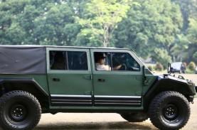 Gaya Menhan Prabowo Jajal Rantis 'Maung' Pindad