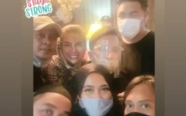 Rekan-rekan Ivan Gunawan menghibur Ivan yang kehilangan ayahnya. Ivan bersama rekan-rekan melakukan swafoto. - Instagram