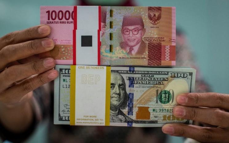 Karyawan menghitung uang dolar AS di Kantor Cabang Plaza Mandiri, Jakarta, Rabu (18/3/2020). Berdasarkan kurs referensi Jakarta Interbank Spot Dollar Rate (JISDOR) pada Rabu (18/3) hingga pukul 10.09 WIB, nilai tukar rupiah melemah 140 poin atau 0,93 persen ke posisi Rp15.223 per dolar AS. ANTARA FOTO/Aprillio Akbar - wsj.