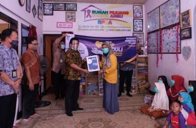 Kanwil DJP Jabar I Serahkan Donasi kepada Dua Yayasan di Bandung
