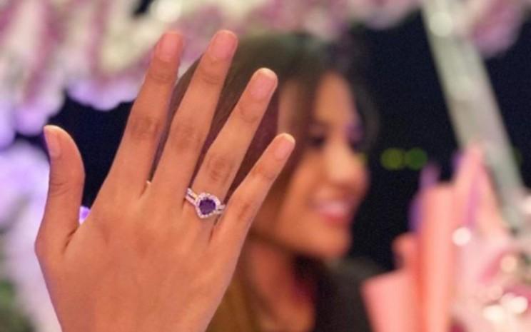 Aurel Hermansyah menunjukkan cincin dari Atta Halilintar. - Instagram