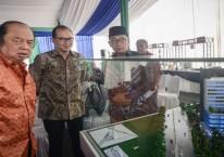 Gubernur Jawa Barat Ridwan Kamil (kanan) bersama Owner Mayapada Grup Dato Sri Tahir (kiri) dan Grup CEO Mayapada Healthcare Jonathan Tahir (tengah) meninjau maket rumah sakit Mayapada./Antara - Raisan Al Farisi