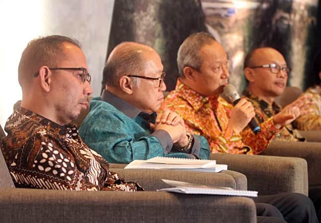 Direktur PT J Resources Asia Pasific Tbk William Surnata (kedua kanan) bersama Direktur Edi Permadi (dari kiri), Direktur Budikwanto Kuesar, dan Vice President Eksplorasi Adi Maryono menjawab pertanyaan wartawan, di Jakarta, Senin (17/6/2019). - Bisnis/Endang Muchtar