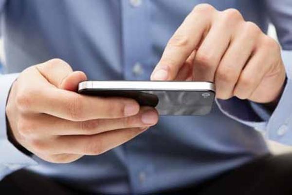 Seorang pria tengah berusaha merayu mantan kekasih menggunakan pesan digital - Ilustrasi