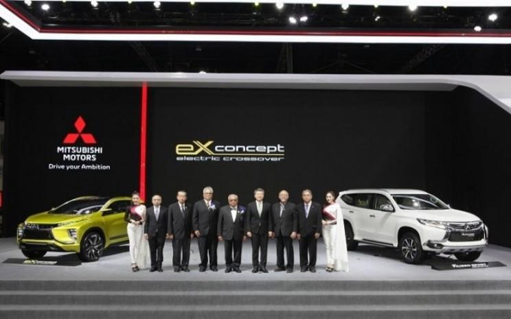 Ilustrasi: Jajaran pimpinan Mitsubishi Motors (Thailand) Co. berfoto dengan dua unit unggulan mereka dalam pameran otomotif Bangkok International Motor Show 2018 di Bangkok, Rabu (28/3/2018). - ANTARA News/HO/MMKSI