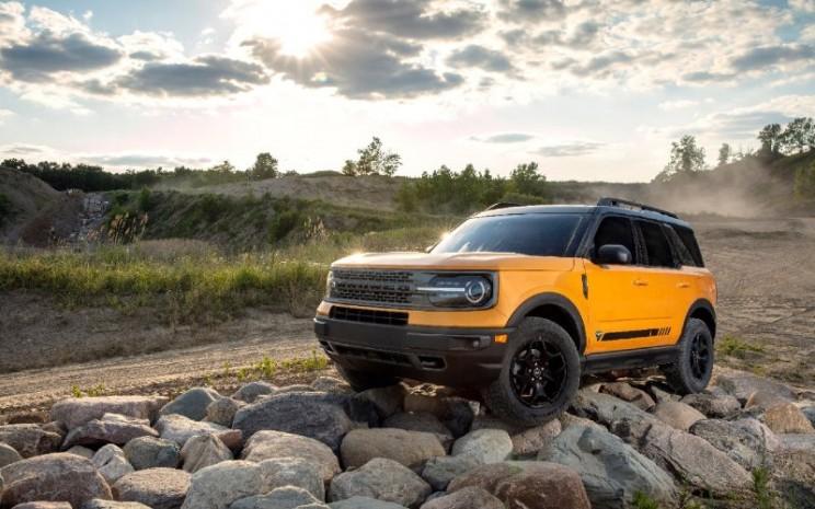 Ford Bronco Sport. Ford Bronco resmi diluncurkan pada 13 Juli 2020 di Amerika Serikat. Model termurah dijual dengan harga mulai US 29.995 atau setara Rp431,5 juta. Bronco hadir dalam 7 varian yakni Base, Big Bend, Black Diamond, Outer Banks, Wildtrak, Badlands, dan First Edition.  - Ford