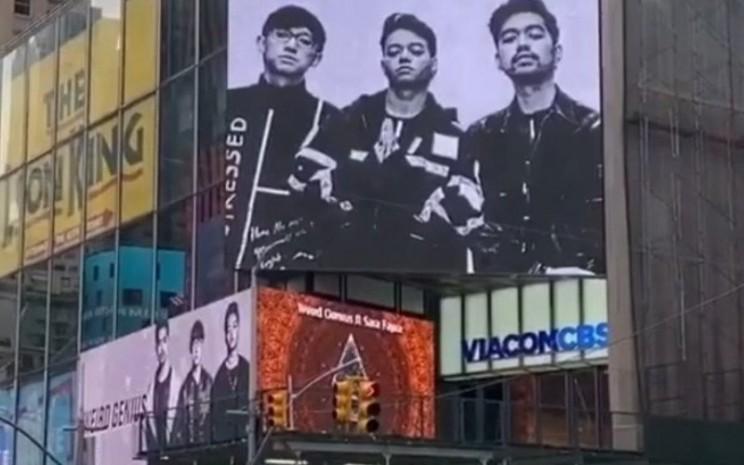 Videotron yang menampilkan Weird Genius di Times Square. (Instagram - @weird.genius)