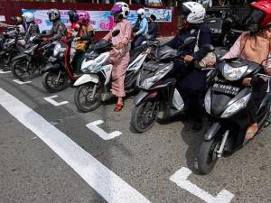 Jaga Jarak Pengedara Sepeda Motor di Aceh Seperti Start Balapan Moto GP