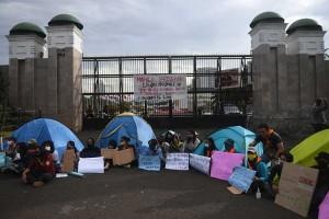 Mapala Bawa Tenda Saat Aksi Menolak Omnibus Law di Depan DPR