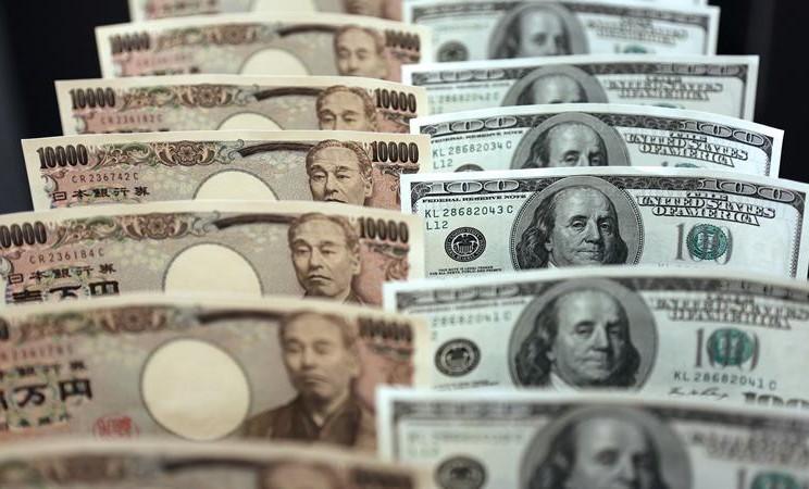 Mata uang yen Jepang dan Dollar AS. Fitch Ratings menetapkan peringkat akhir BBB untuk surat utang negara dalam denominasi yen Jepang atau samurai bond senilai 100 miliar yen yang diterbitkan Indonesia awal Juli 2020. - Bloomberg