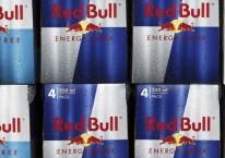 Deretan karton minuman berenergi Red Bull dipajang di sebuah supermarket di Redhill, Inggris, Selasa (27/3/2018)./Bloomberg-Simon Dawson