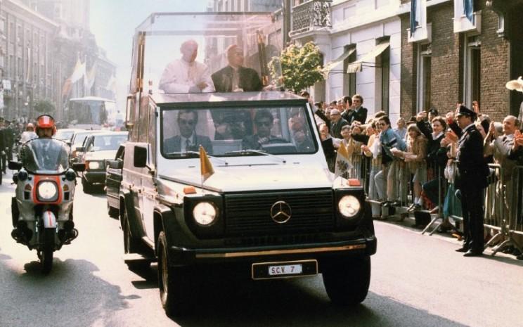 """Paus Paulus II berada di """"Popemobile"""" yang berbasis Mercedes-Benz 230 G dengan nomor registrasi SCV 7.  - DAIMLER"""