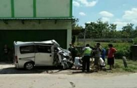 Bus Ngotot Salip Truk, Adu Banteng dengan Gran Max di Jl Solo-Grobogan