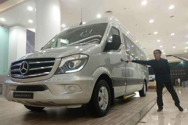 Pengunjung mengamati mobil Marcedes-Benz Sprinter 315 CDI A2 di salah satu pusat perbelanjaan di Jakarta, Senin (24/6/2019).  - ANTARA