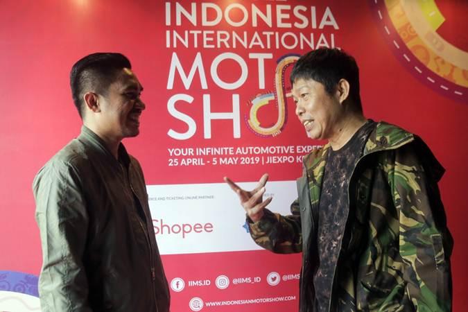 Project Manager Telkomsel Indonesia International Motor Show 2019 Rudi MF (kiri) berbincang dengan Presiden Direktur PT Dyandra Promosindo Hendra Noor Saleh di sela-sela media gathering IIMS 2019 di Jakarta, Selasa (5/3/2019). - Bisnis/Felix Jody Kinarwan