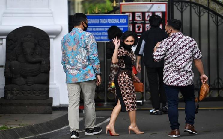 Penyanyi Yuni Sara melambaikan tangannya sebelum bertemu dengan Presiden Joko Widodo di kompleks Istana Kepresidenan, Jakarta, Selasa (14/7/2020). - Antara / Sigid Kurniawan