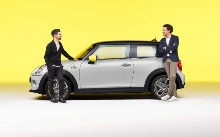 MINI Cooper SE. BMW Group Sound Designer Renzo Vitale, dan Head of MINI Design Oliver Heilmer. Model MINI sepenuhnya listrik diproduksi di Oxford, Inggris, mulai akhir 2019.  - BMW