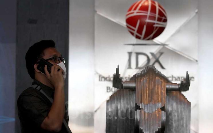 Karyawan beraktivitas di depan patung banteng di PT Bursa Efek Indonesia, Jakarta, Kamis (4/6/2020). Bisnis - Arief Hermawan P