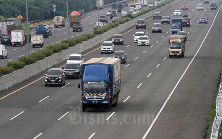 Truk sarat muatan atau over dimension over load (ODOL) melintas di jalan Tol Jagorawi, Jakarta, Selasa (14/4/2020). Bisnis - Himawan L Nugraha