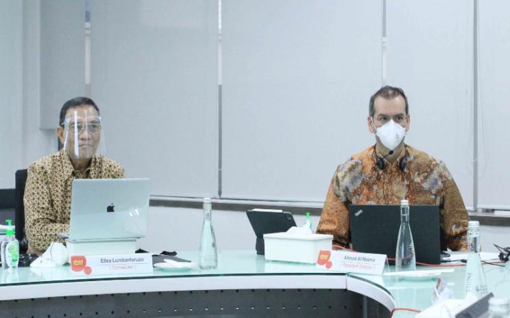 Komisaris Independen Indosat Elisa Lomboturuan (kiri) dan Direktur Utama Indosat Ahmad Abdulaziz A A Al-Neama, dalam RUPS pada Senin (20/7 - 2020). Istimewa