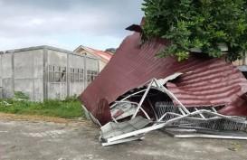 Atap Gedung Sekolah Taman Kanak-kanak Terbang Tertiup Angin Puting Beliung