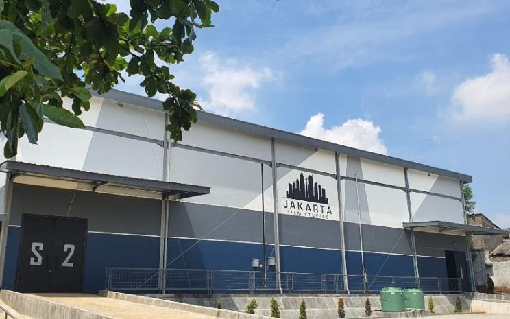 Studi film Jakarta Film Studio (JFS) yang dikelola anak usaha PT MD Pictures Tbk. (FILM) diresmikan 7 Maret 2020. JFS mengusung konsep one stop shop facility, fasilitas produksi dan paska produksi film dalam satu lokasi yang dibangun di atas lahan sekitar 2,4 hektar. - MD Pictures\\n\\n